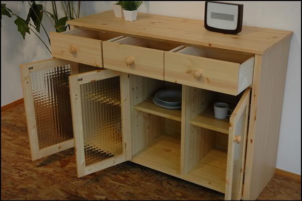 最近のカントリー家具の人気で注目を集めているパイン材家具ですが、 パイン材のカントリー家具って、側面までパイン材の無垢を使った高価なものか、